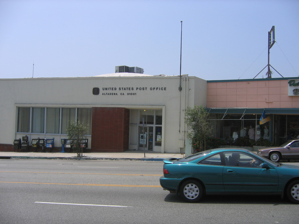 Altadena, CA: This is a picture of the Altadena Post Office on Lake Ave.