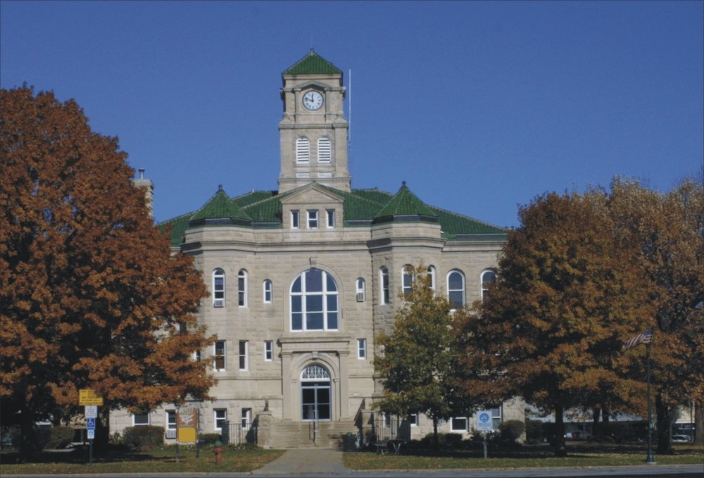 Centerville, IA : Historic Courthouse in the World's Largest Town Square and Shopping Plaza