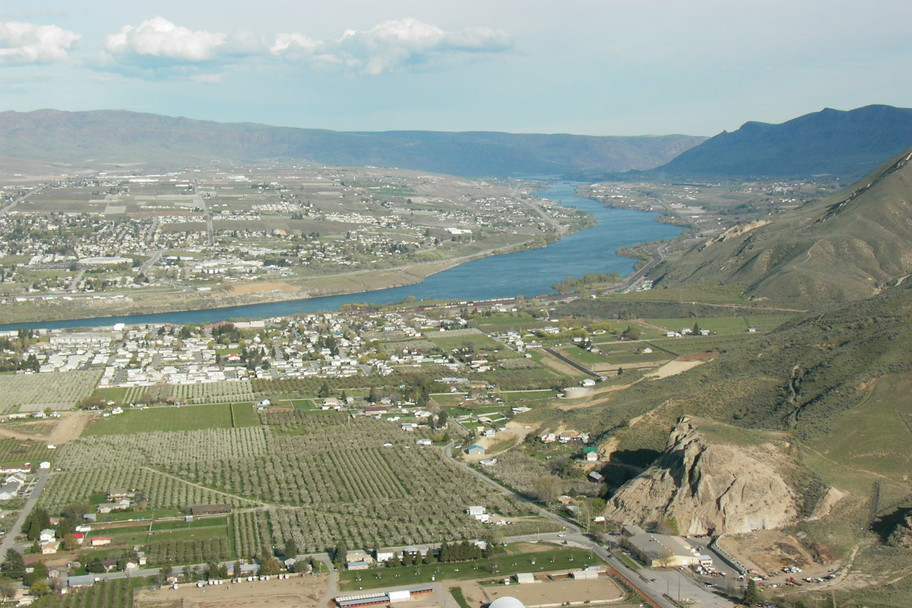 Wenatchee, WA : View of Wenatchee and the Columbia River from Saddle Rock, looking south