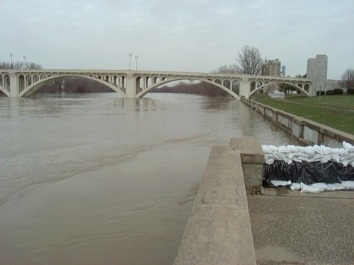 Vincennes, IN : High water on The Wabash River. The Memorial Bridge connecting Indiana and Illinois. Vincennes, Indiana.