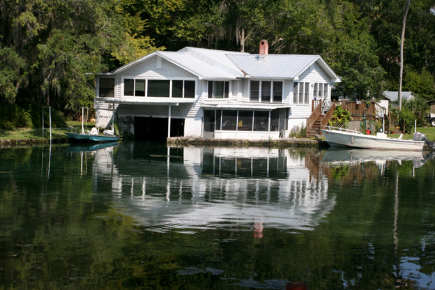 Crystal River, FL : This unique house is just off the main river