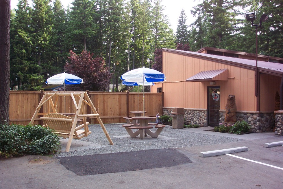 Yelm, WA: Clearwood Market & Deli picnic area with the Clearwood bear keeping guard!