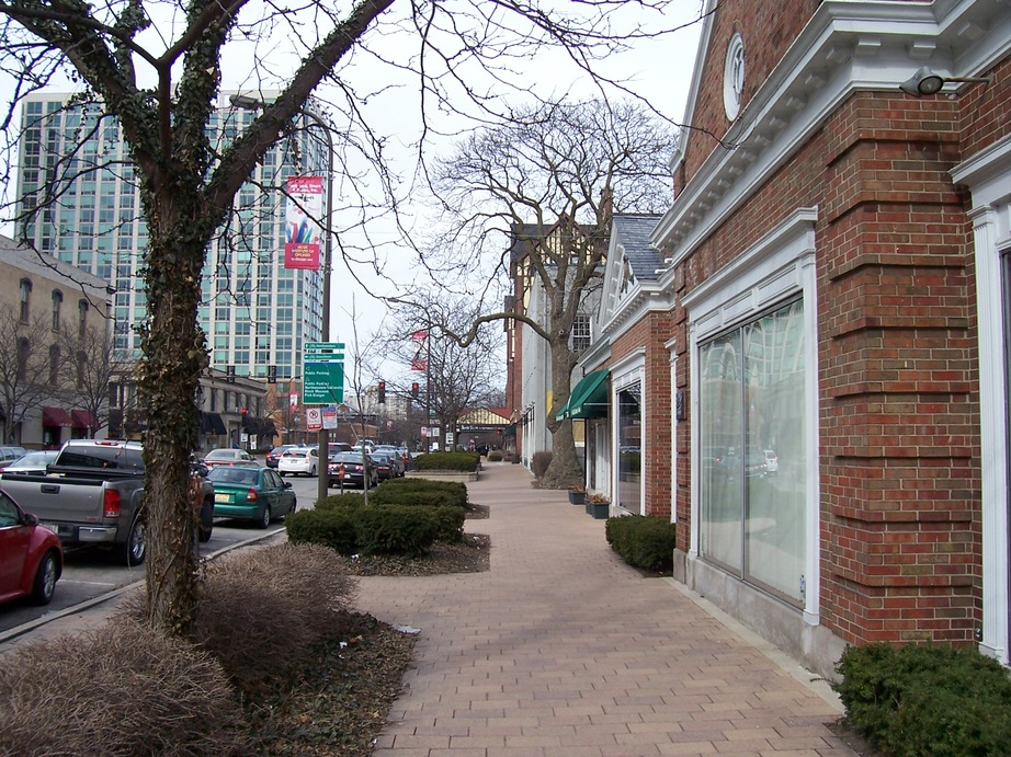 Evanston, IL : Looking north on Chicago Avenue, a bit south of Davis Street