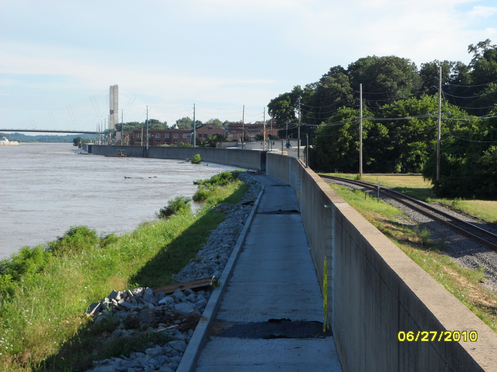 Cape Girardeau, MO : Mississippi river wall when at flood stage