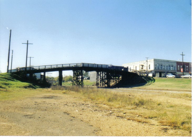 Hazlehurst, MS : The Old Overhead Bridge In Hazlehurst. Replaced with a new concrete bridge. (taken 12-25-99)