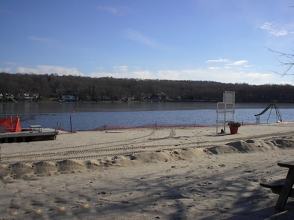 Wayne, NJ : Beach at lake community