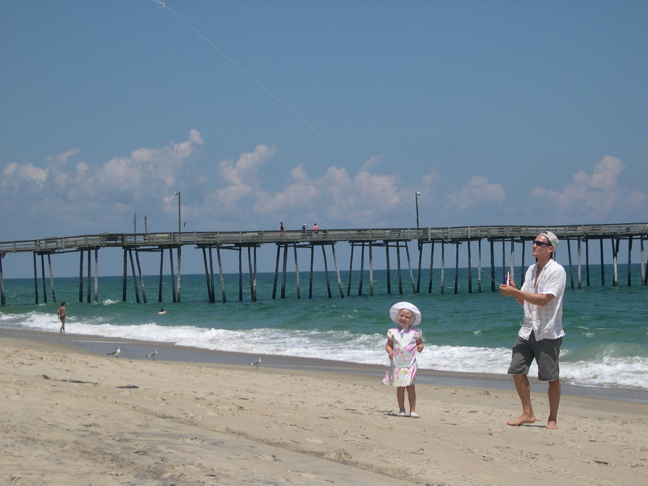 Nags Head, NC : Kite flying on the beach just south of Nags Head Pier