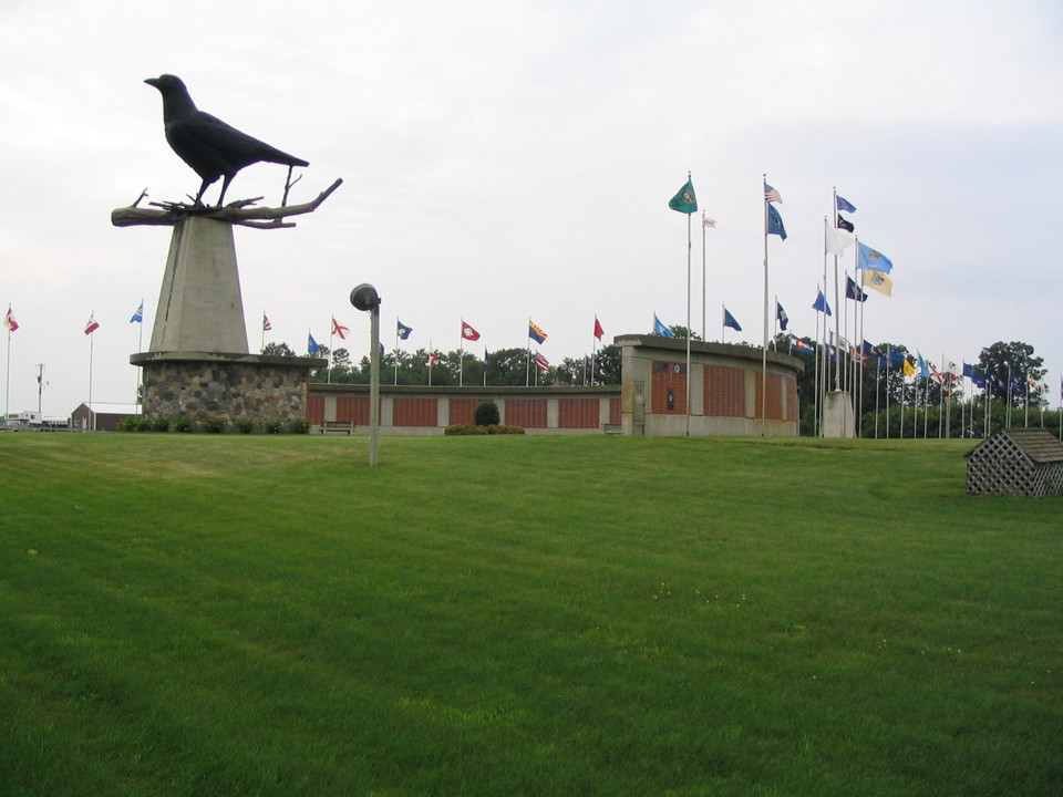 Belgrade, MN: World's largest crow at Belgrade memorial