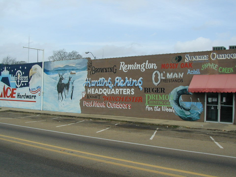 Mendenhall, MS : Local artist painting on hardware store side